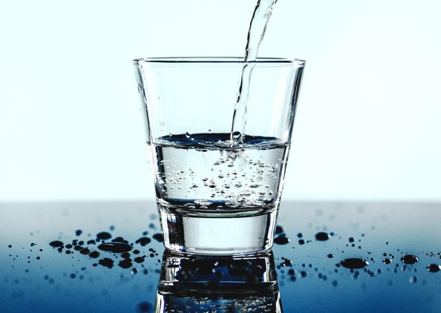 水またはぬるま湯を用いて飲む